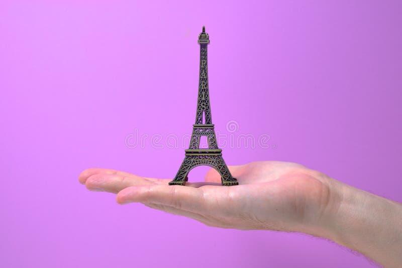 Eiffeltorn som räckas av handslut upp bronssouvenir arkivbild