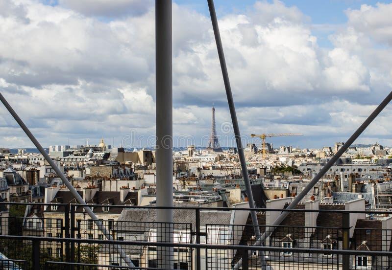 Eiffeltorn som sett över taken av Paris, från däcknollan royaltyfria foton