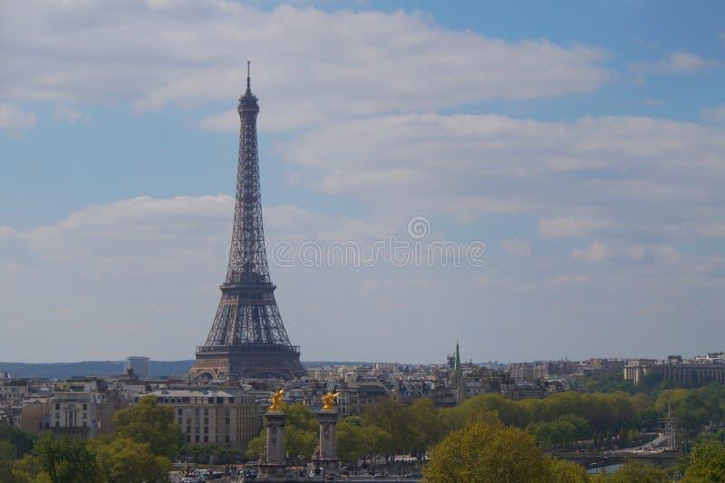 Eiffeltorn som står högt över staden av Paris royaltyfri fotografi