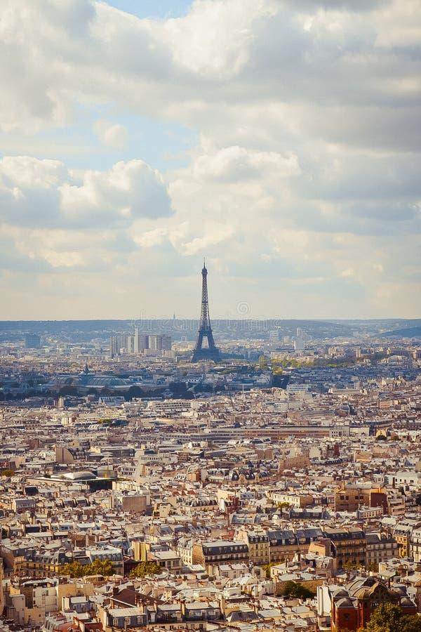 Eiffeltorn stadssikt från Montmartre, Paris, Frankrike royaltyfri bild