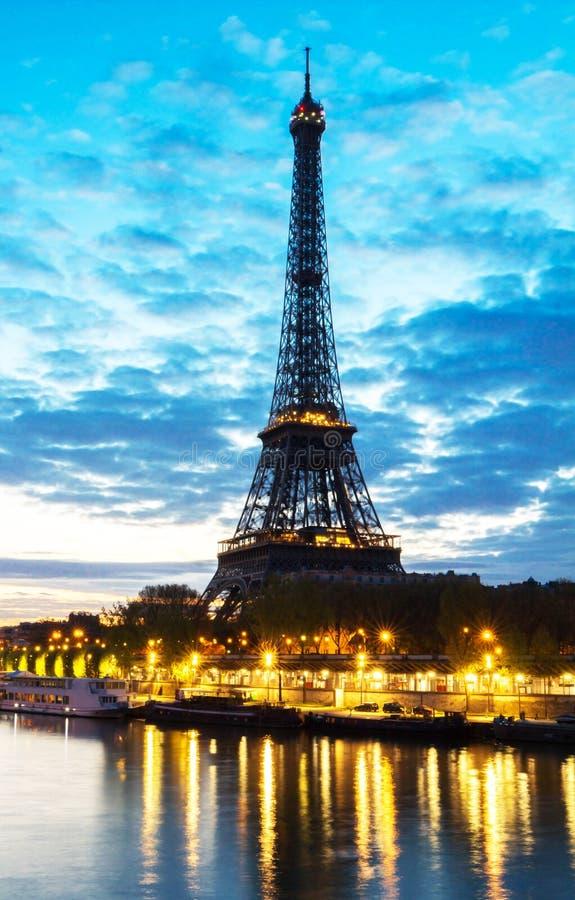Eiffeltorn tidigt på morgonen, Paris arkivbild