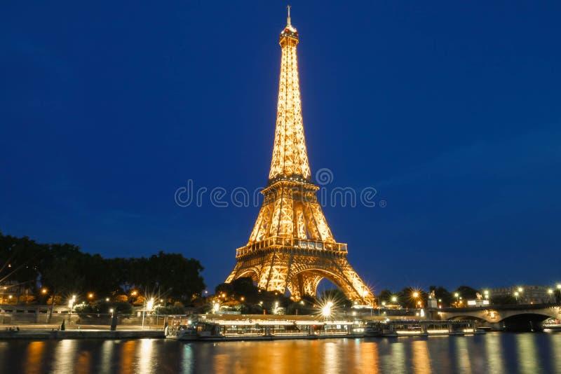 Eiffeltorn turnerar Eiffel som är upplyst på natten, Paris, Frankrike royaltyfri fotografi