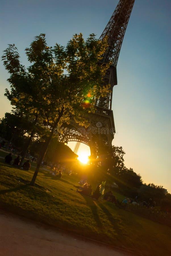 Eiffeltorn turnerar strukturen för stål Eiffel för blå himmel i aftonsol fotografering för bildbyråer