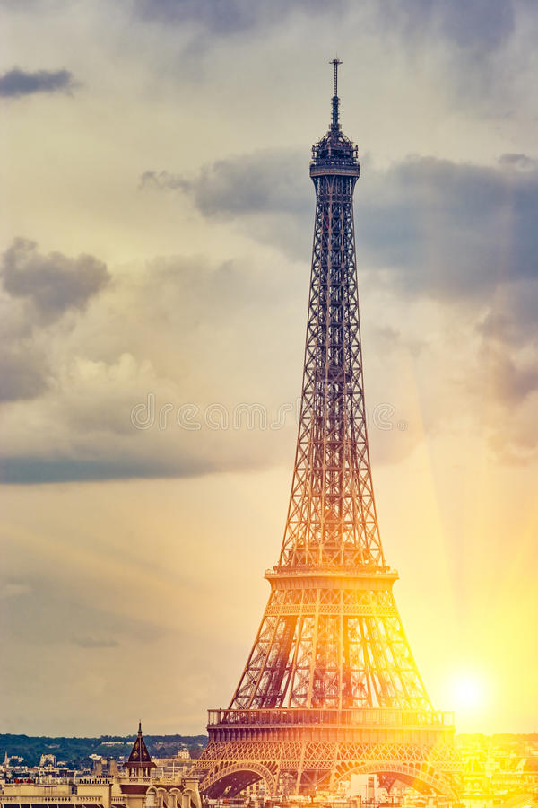Eiffeltorn under solljus royaltyfria bilder