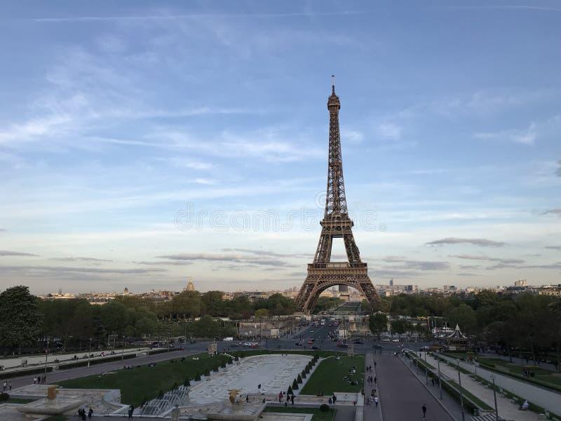 Eiffeltorn under soluppsättningen royaltyfria bilder