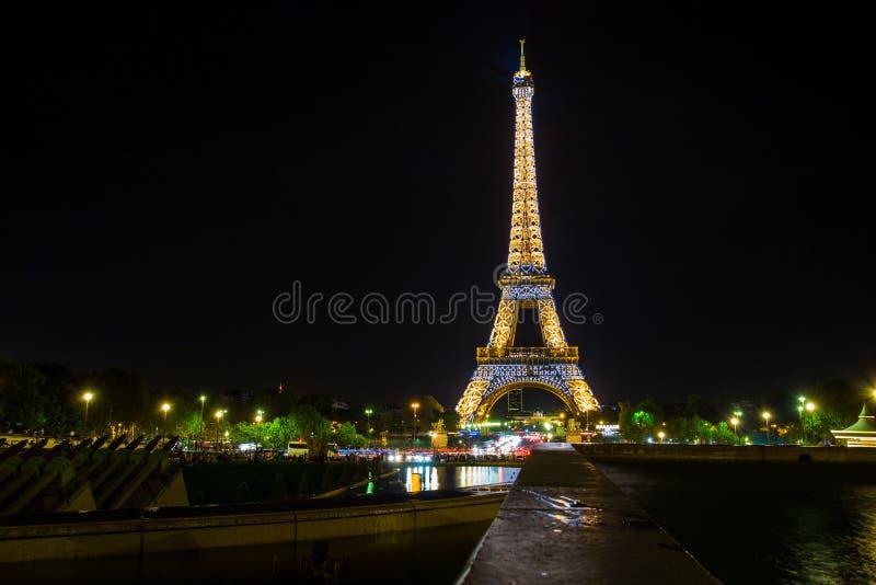 Eiffeltorn vid natten, sikt från Trocadero, Paris, Frankrike royaltyfria bilder