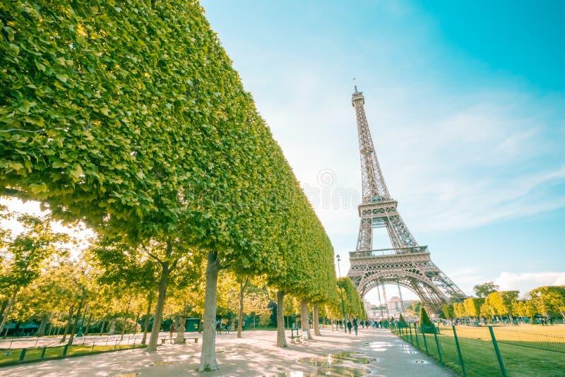 Eiffeltorngränsmärke av paris med tappningfiltret fotografering för bildbyråer