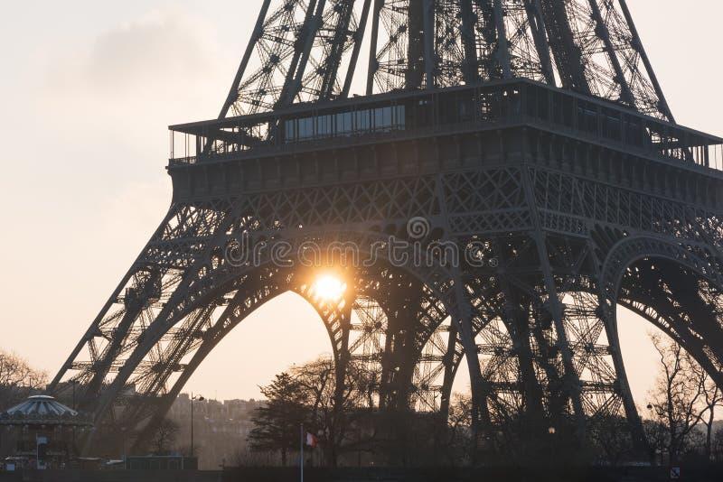 Eiffeltornnärbild mot solen på soluppgång - Paris fotografering för bildbyråer