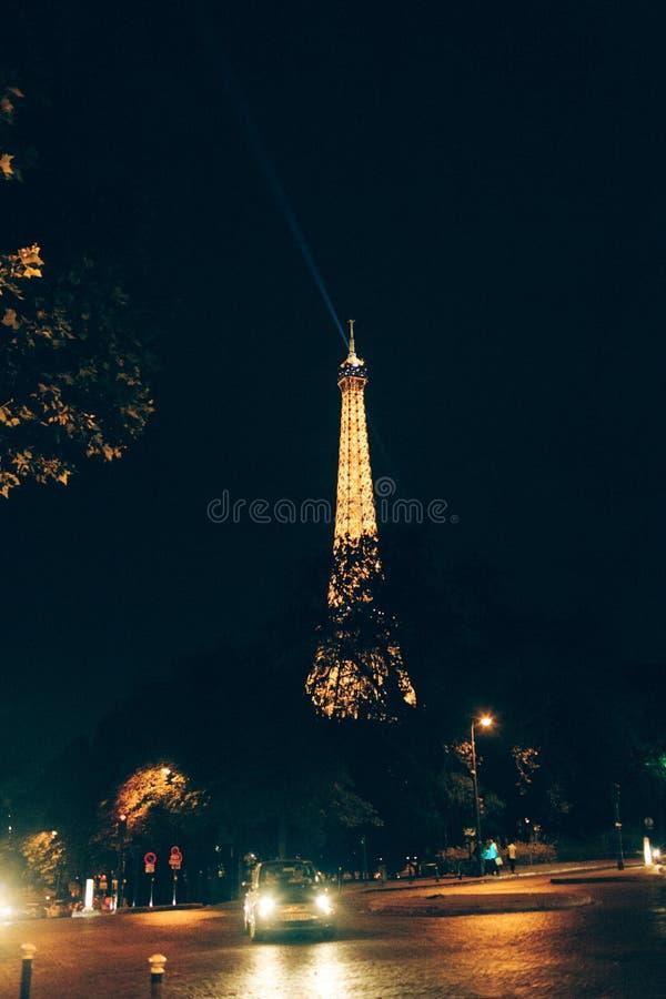 Eiffeltornnatt med bilen fotografering för bildbyråer