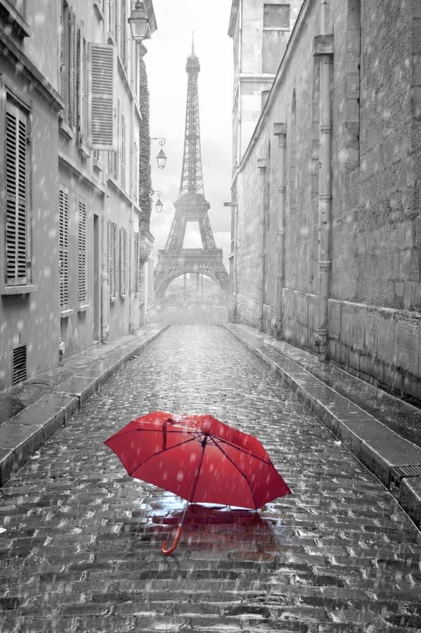 Eiffeltornsikt från gatan av Paris royaltyfri foto