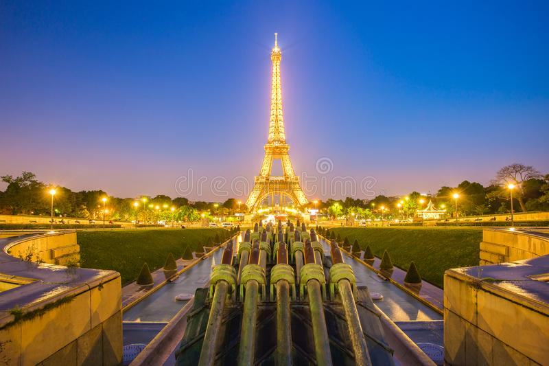 Eiffeltornsikt från Trocadero på natten i Paris, Frankrike royaltyfri foto