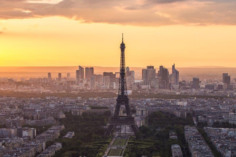 Eiffeltorntaksikt med på solnedgång i Paris, Frankrike arkivbilder