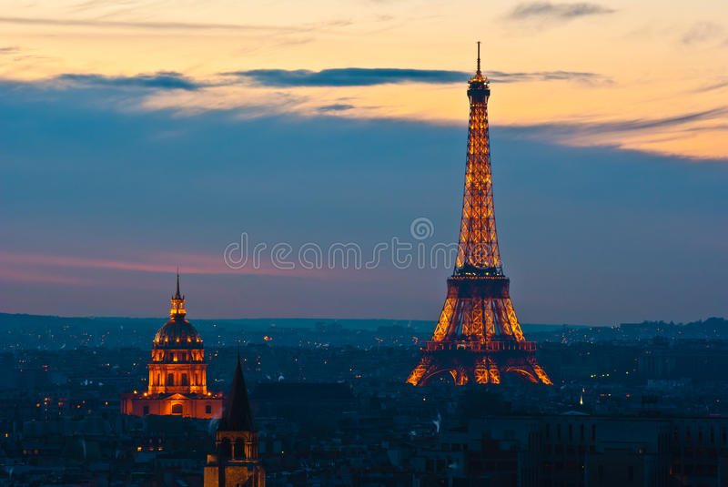 Eiffeltower se encendió por la tarde fotos de archivo