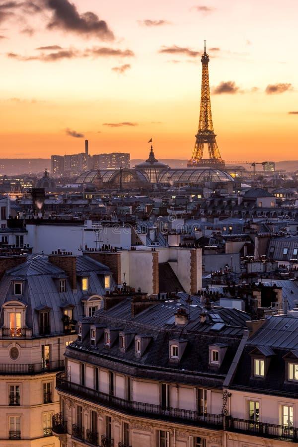 Eiffelturm über der Dachmenge stockfotos