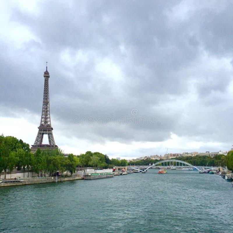 Eiffelturm über von der Seine lizenzfreie stockfotografie