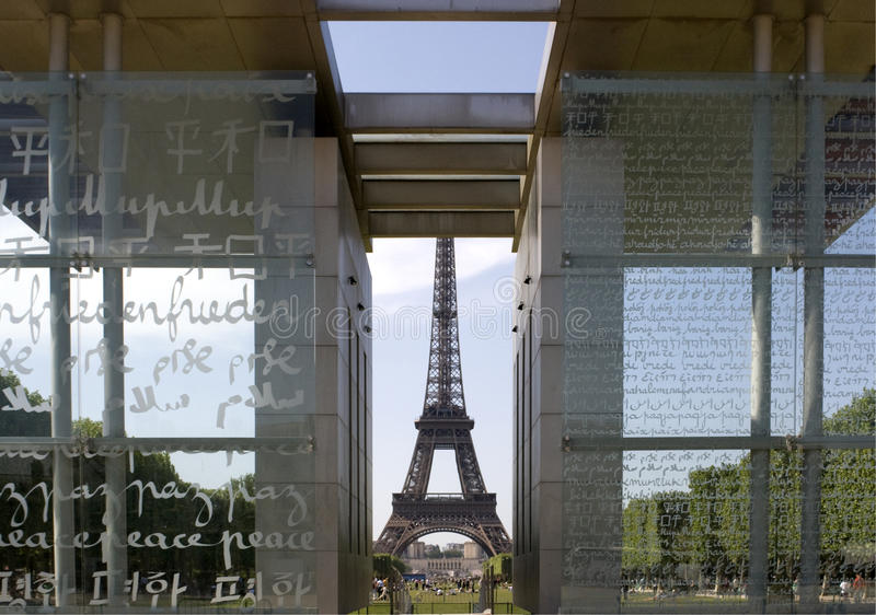 Eiffelturm angesehen von der Wand für Frieden lizenzfreie stockfotos