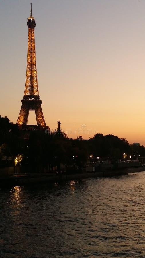 Eiffelturm, Ansicht von Siena River bei Sonnenuntergang lizenzfreie stockfotos
