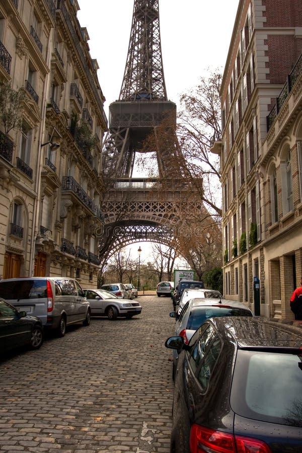 Eiffelturm auf der Straße in Paris lizenzfreie stockfotos