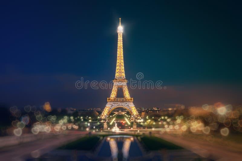 Eiffelturm belichtet stockfotos