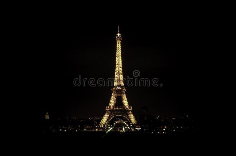 Eiffelturm bis zum Nacht stockfotos