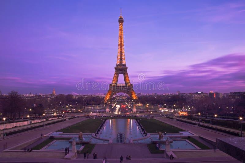 Eiffelturm in einem purpurroten Sonnenuntergang lizenzfreies stockbild