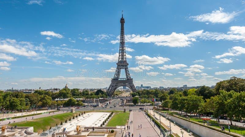 Eiffelturm an einem sonnigen Tag im Sommer stockfotos