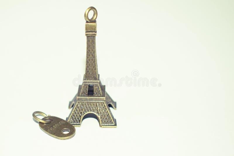 Eiffelturm gemacht aus Bronze-, Miniatureiffelturm keychain heraus lizenzfreies stockbild