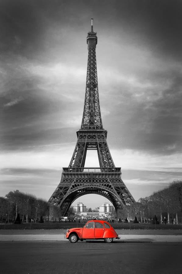 Eiffelturm mit altem französischem rotem Auto lizenzfreies stockfoto