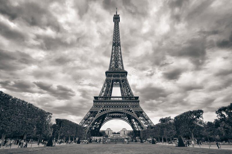 Eiffelturm mit dem einfarbigen Schwarzen des drastischen Himmels lizenzfreies stockbild