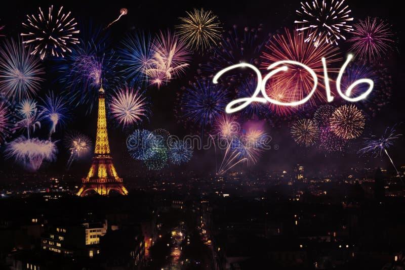 Eiffelturm mit Feuerwerken und Nr. 2016 lizenzfreie stockfotografie