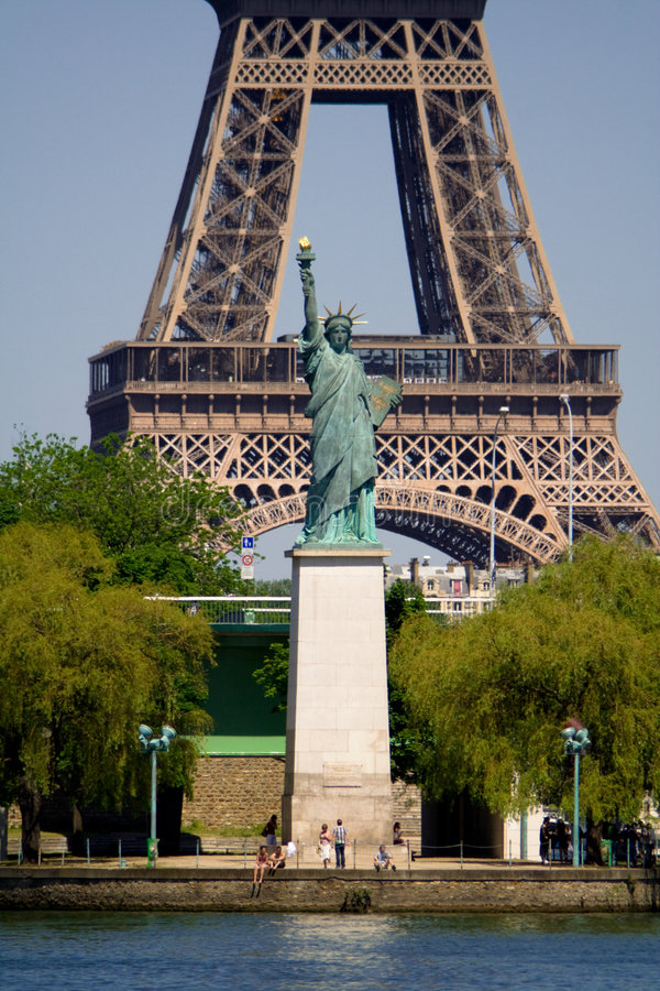 Eiffelturm mit Freiheitsstatuen stockfotos