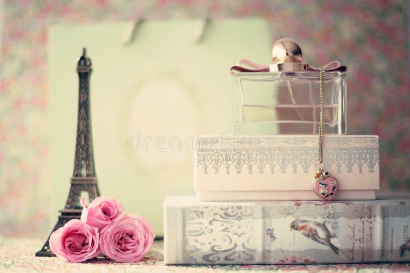 Eiffelturm mit Rosen und Parfümflasche lizenzfreies stockfoto