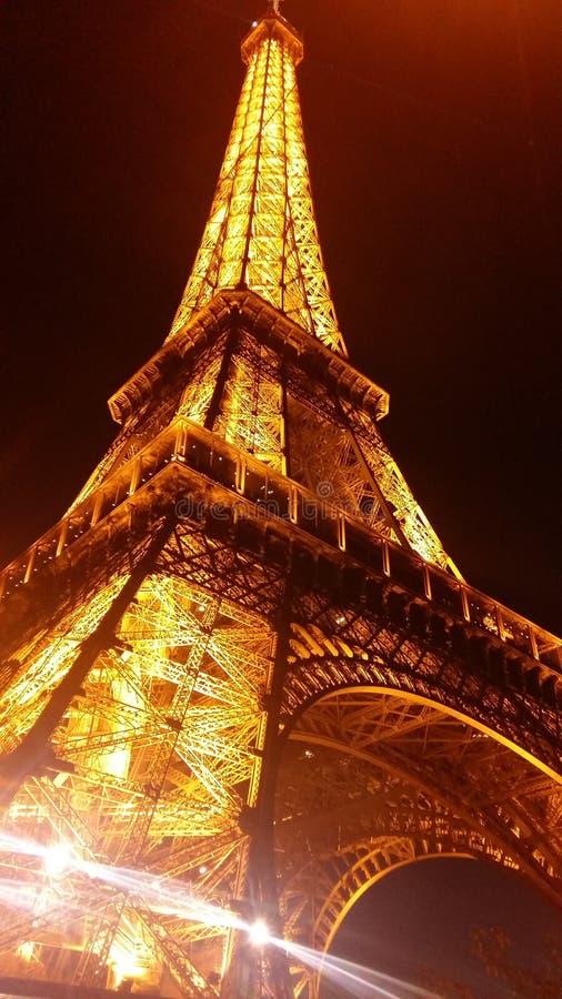 Eiffelturm, Nachtansicht, Hinaufklettern hell wie ein Diamant stockbilder