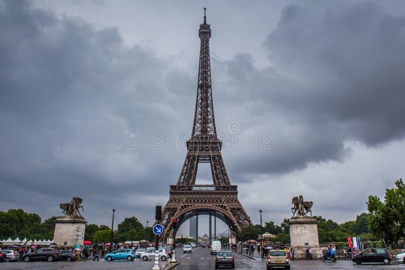 Eiffelturm in Paris an einem bewölkten Tag lizenzfreies stockbild