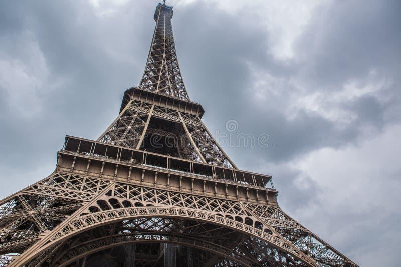 Eiffelturm in Paris an einem bewölkten Tag stockfotografie
