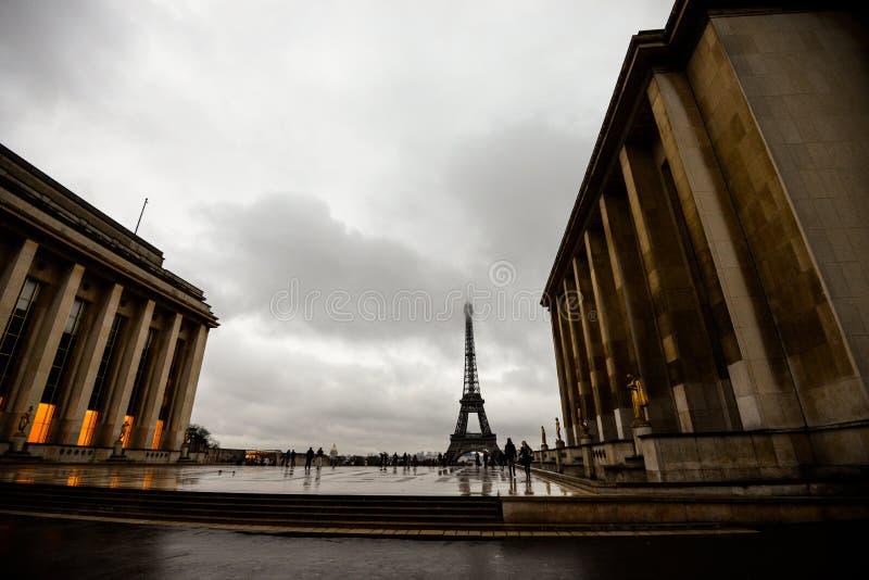 Eiffelturm am regnerischen Tag stockbilder