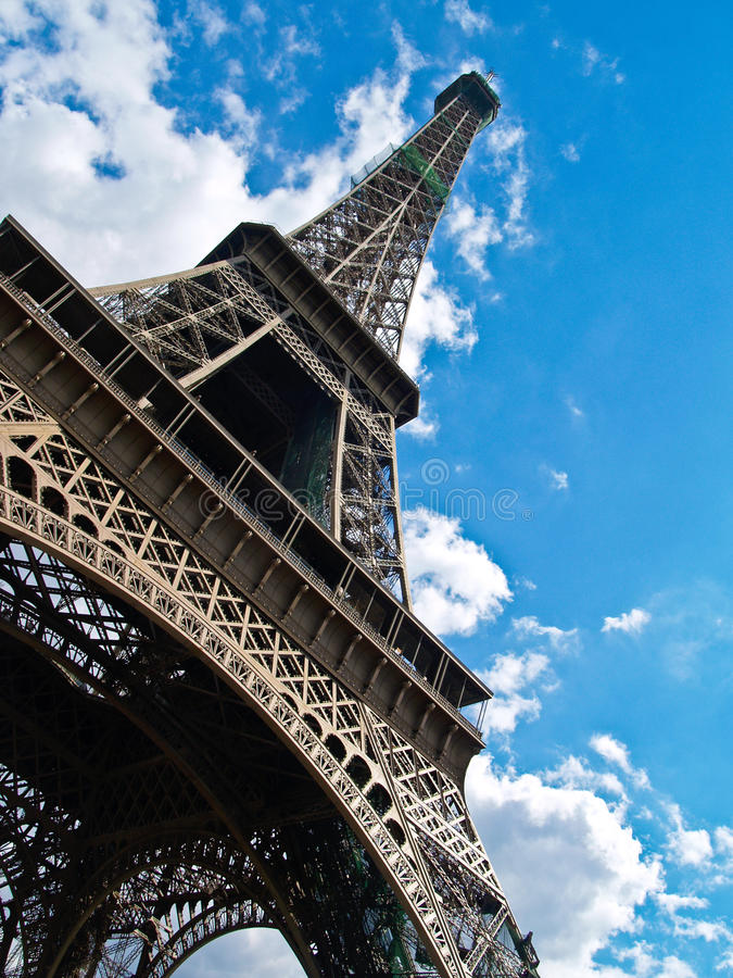 Eiffelturm, Schuß des niedrigen Winkels. stockfotos