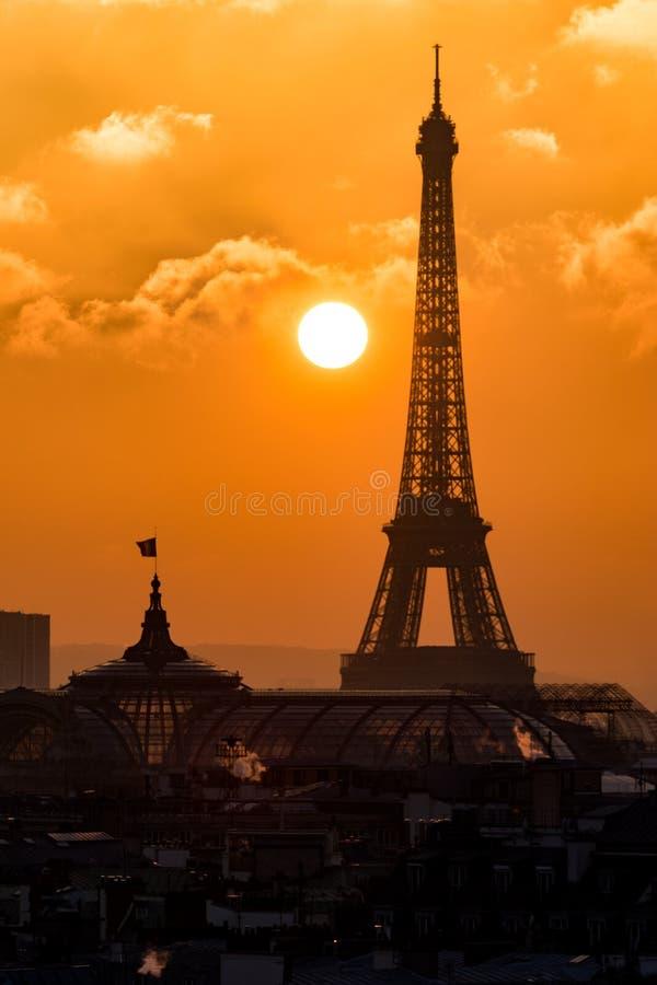 Eiffelturm silouette bei Sonnenuntergang über den Dächern drängen sich stockbilder