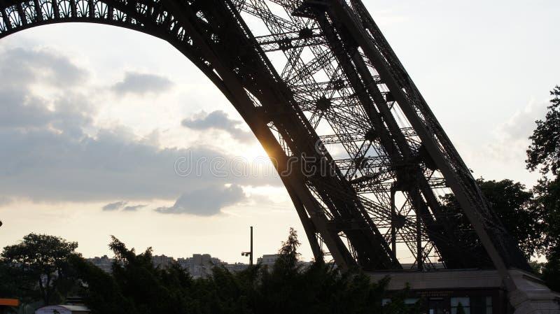 Eiffelturm am Sonnenuntergang stockfotografie