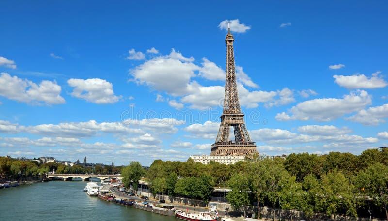 Eiffelturm und die Seine in Paris lizenzfreies stockbild