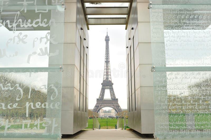 Eiffelturm und Friedensdenkmal lizenzfreie stockfotos