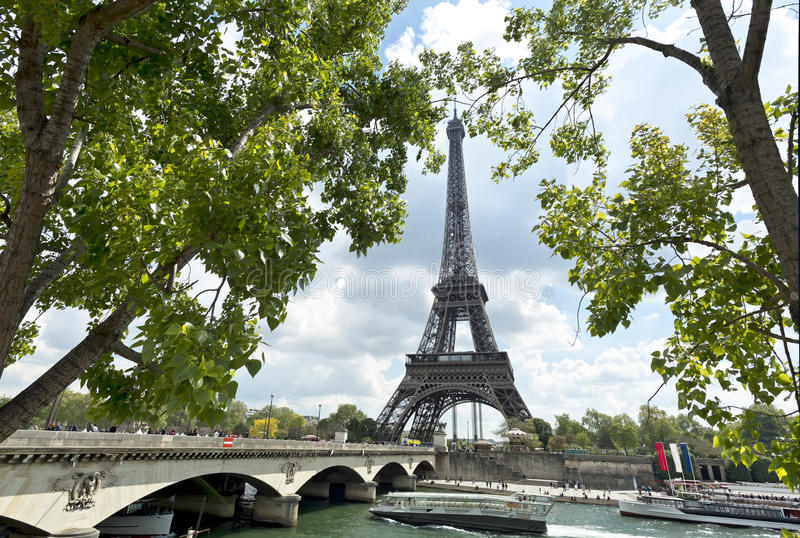 Eiffelturm- und Jena-Brücke an einem bewölkten Tag des Frühlinges, Paris, Frankreich stockfotografie