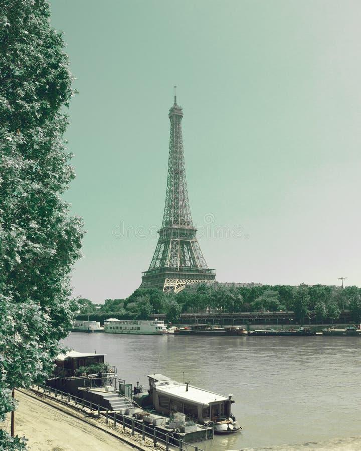 Eiffelturm- und Seine-Fluss stockfotos