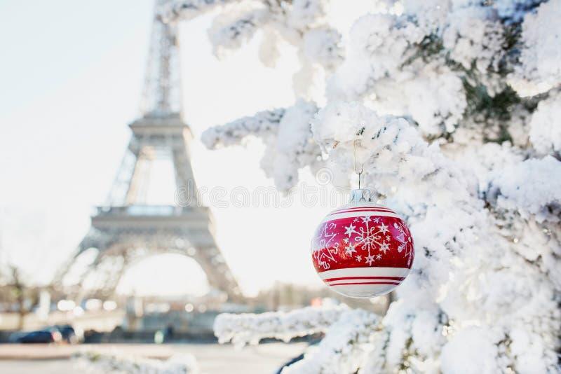Eiffelturm- und Weihnachtsbaum bedeckt mit Schnee in Paris stockfoto