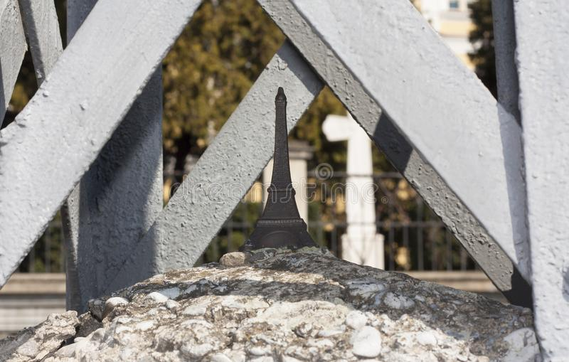 Eiffelturmminiskulpturfoto: Uzhhorod, Ukraine - 2. April 2017 stockfoto