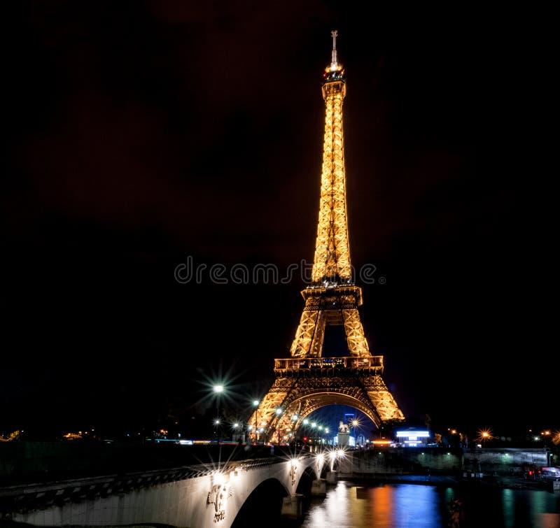 Eiffelturmnachtaufnahme lizenzfreie stockfotografie
