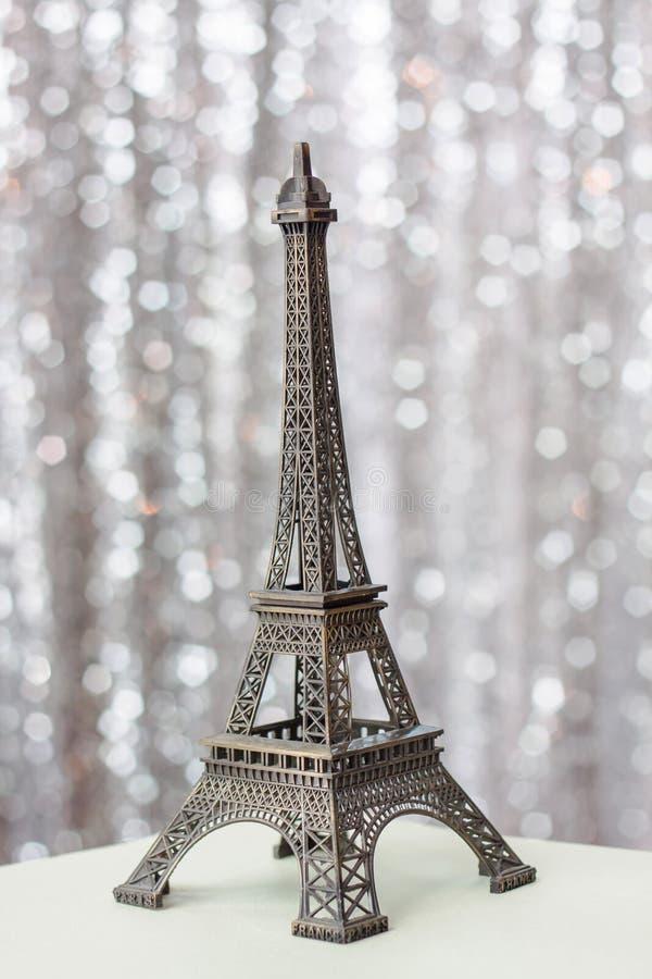 Eiffelturmreplik benutzt als dekorative Andenken und Geschenke stockbilder