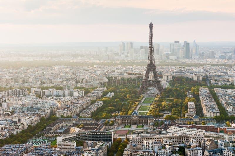 Eiffelturmvogelperspektive - Paris-Skyline lizenzfreies stockfoto