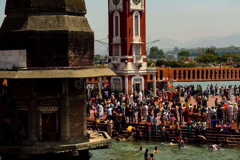 Eifrige Anh?nger in Fluss Ganga lizenzfreie stockfotografie