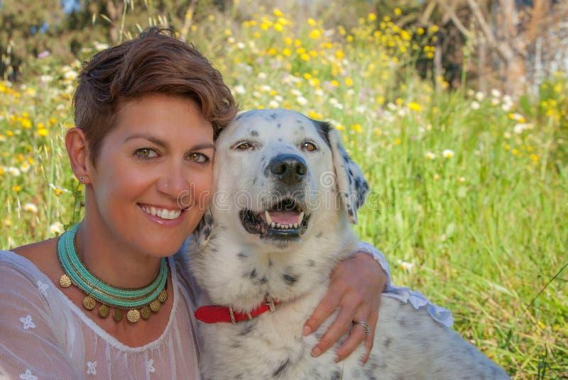 Eigenaar met gemengde rassenhond stock afbeelding